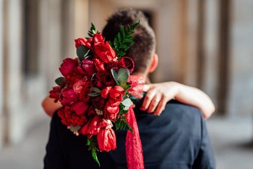 男性と花束