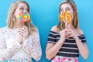 キャンディー舐める女性
