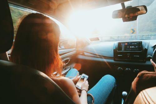 車の助手席の女性