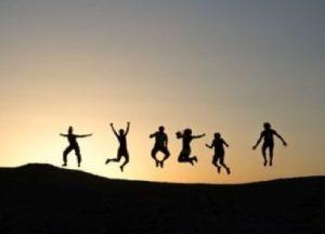 ジャンプする若者たち