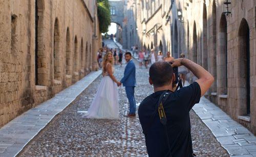 新郎新婦とカメラマン