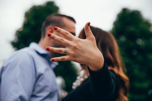 男女と婚約指輪