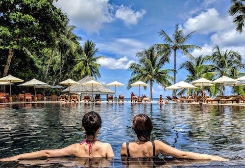プール女性二人