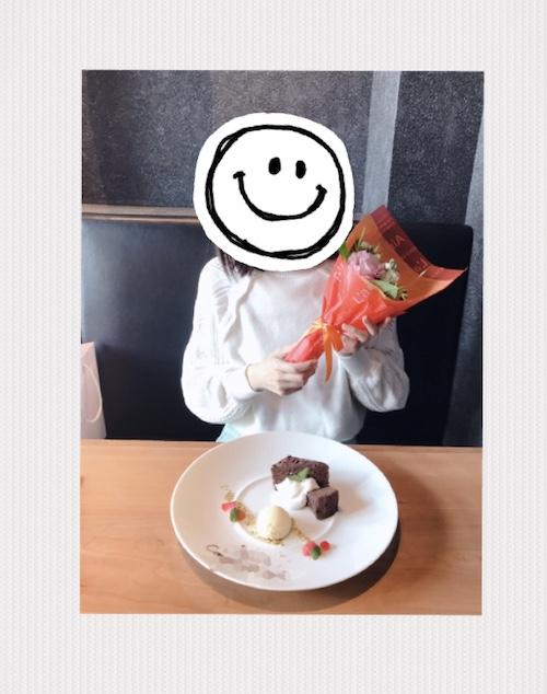 花束とケーキと女性